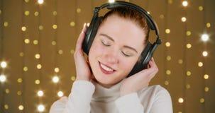 Muchacha que disfruta de escuchar la música almacen de video