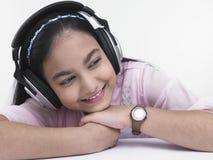 Muchacha que disfruta de escuchar la música Fotografía de archivo