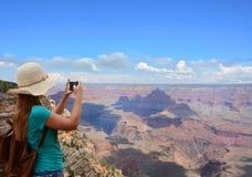 Muchacha que disfruta de la hermosa vista de montañas en su viaje que camina Imagenes de archivo