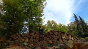Muchacha que disfruta de la mañana del otoño almacen de metraje de vídeo