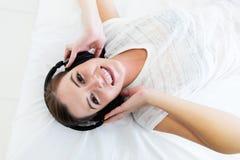 Muchacha que disfruta de música Foto de archivo libre de regalías