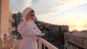 Muchacha que disfruta de salida del sol con una taza de café almacen de metraje de vídeo