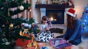 Muchacha que disfruta de su regalo de Navidad metrajes