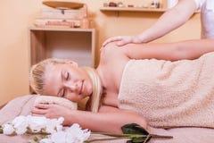 Muchacha que disfruta de un masaje en un balneario Fotografía de archivo