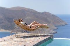 Muchacha que disfruta de verano en piscina imagen de archivo