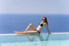 Muchacha que disfruta de verano en piscina imagenes de archivo