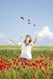 Muchacha que disfruta de verano en un campo de la amapola Fotografía de archivo libre de regalías
