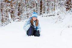 Muchacha que disfruta del día que juega en bosque del invierno Imágenes de archivo libres de regalías