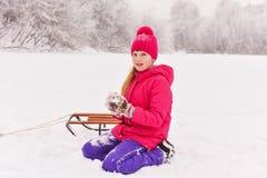 Muchacha que disfruta del día que juega en bosque del invierno Fotos de archivo libres de regalías