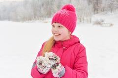 Muchacha que disfruta del día que juega en bosque del invierno Imagen de archivo