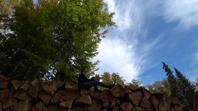 Muchacha que disfruta del día del otoño almacen de video