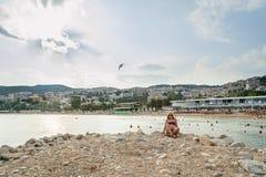 Muchacha que disfruta del mar y del verano Foto de archivo libre de regalías