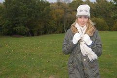 Muchacha que disfruta del paseo del otoño Fotografía de archivo