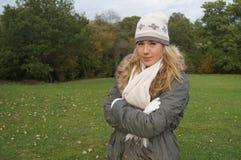 Muchacha que disfruta del paseo del otoño Imagen de archivo