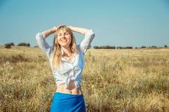 Muchacha que disfruta del sol y de la vida del verano La vida del concepto es buena imagen de archivo libre de regalías