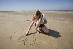 Muchacha que drena un corazón Foto de archivo libre de regalías