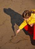 Muchacha que drena un corazón Imagen de archivo libre de regalías