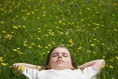 Muchacha que duerme afuera Imágenes de archivo libres de regalías