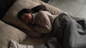 Muchacha que duerme en cama almacen de metraje de vídeo