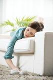 Muchacha que duerme en el sofá Imagen de archivo libre de regalías