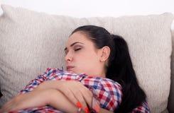 Muchacha que duerme en el sofá Imagenes de archivo