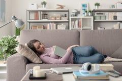 Muchacha que duerme en el sofá Imágenes de archivo libres de regalías