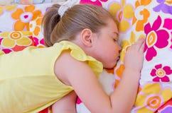 Muchacha que duerme en la almohadilla Fotografía de archivo libre de regalías
