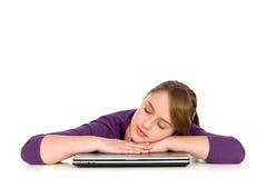 Muchacha que duerme en la computadora portátil Foto de archivo libre de regalías