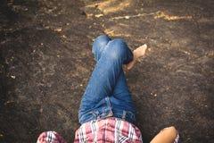 Muchacha que duerme en la roca en naturaleza Fotos de archivo libres de regalías