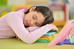Muchacha que duerme en los libros Imagen de archivo libre de regalías