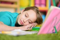 Muchacha que duerme en los libros Fotografía de archivo libre de regalías