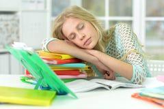 Muchacha que duerme en los libros Fotos de archivo libres de regalías