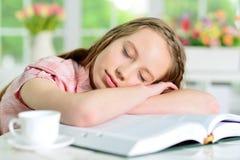 Muchacha que duerme en los libros Fotografía de archivo