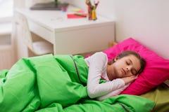 Muchacha que duerme en su cama en casa Fotografía de archivo libre de regalías