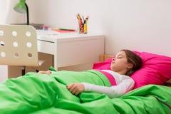Muchacha que duerme en su cama en casa Fotos de archivo