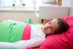 Muchacha que duerme en su cama en casa Imagen de archivo libre de regalías