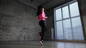 Muchacha que ejercita en la gimnasia almacen de metraje de vídeo
