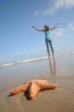Muchacha que ejercita en la playa Foto de archivo