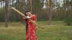 Muchacha que elige diversas blancos para el tiro al arco