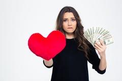 Muchacha que elige entre el amor o el dinero fotos de archivo libres de regalías