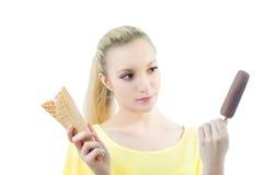 Muchacha que elige entre el plombir y el cono de helado Fotografía de archivo libre de regalías