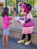 Muchacha que encuentra Minnie Mouse en Disney Fotografía de archivo