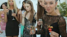 Muchacha que engaña alrededor en un banquete metrajes