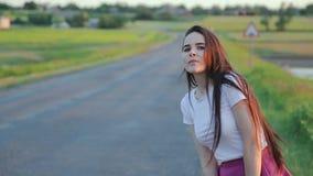 Muchacha que engancha un paseo almacen de metraje de vídeo
