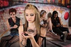 Muchacha que envía mensajes de texto Foto de archivo