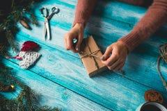Muchacha que envuelve los regalos de la Navidad Fotos de archivo libres de regalías