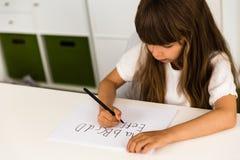 Muchacha que escribe el alfabeto de ABC Fotos de archivo libres de regalías