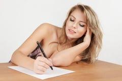 Muchacha que escribe una letra Imagen de archivo libre de regalías