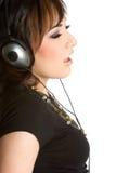 Muchacha que escucha de la música fotografía de archivo libre de regalías
