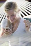 Muchacha que escucha el jugador MP3 y los dedos de rotura Fotos de archivo